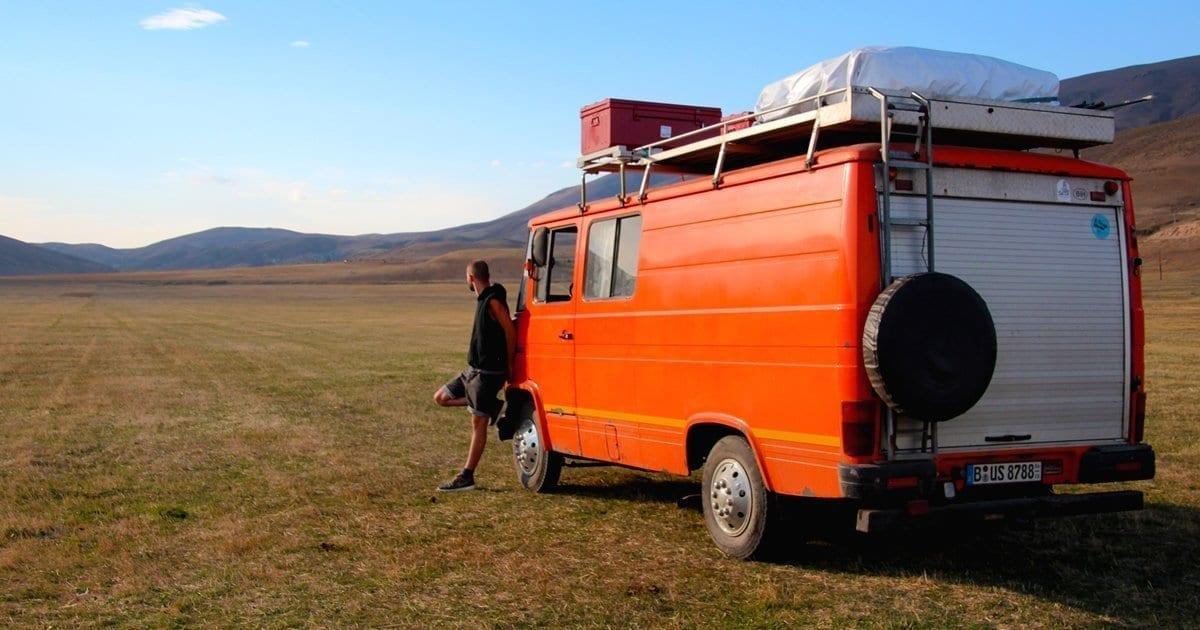 berg-karabach-nagorny-aserbaidschan-armenien-konflikt-vanlife-reisen-landschaft-bus