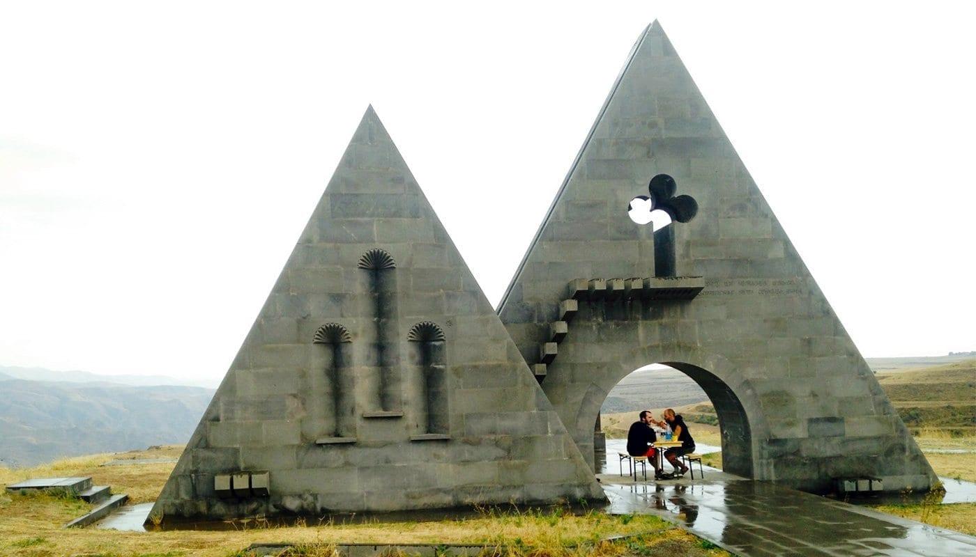 berg-karabach-nagorny-aserbaidschan-armenien-konflikt-vanlife-reisen-landschaft-essen