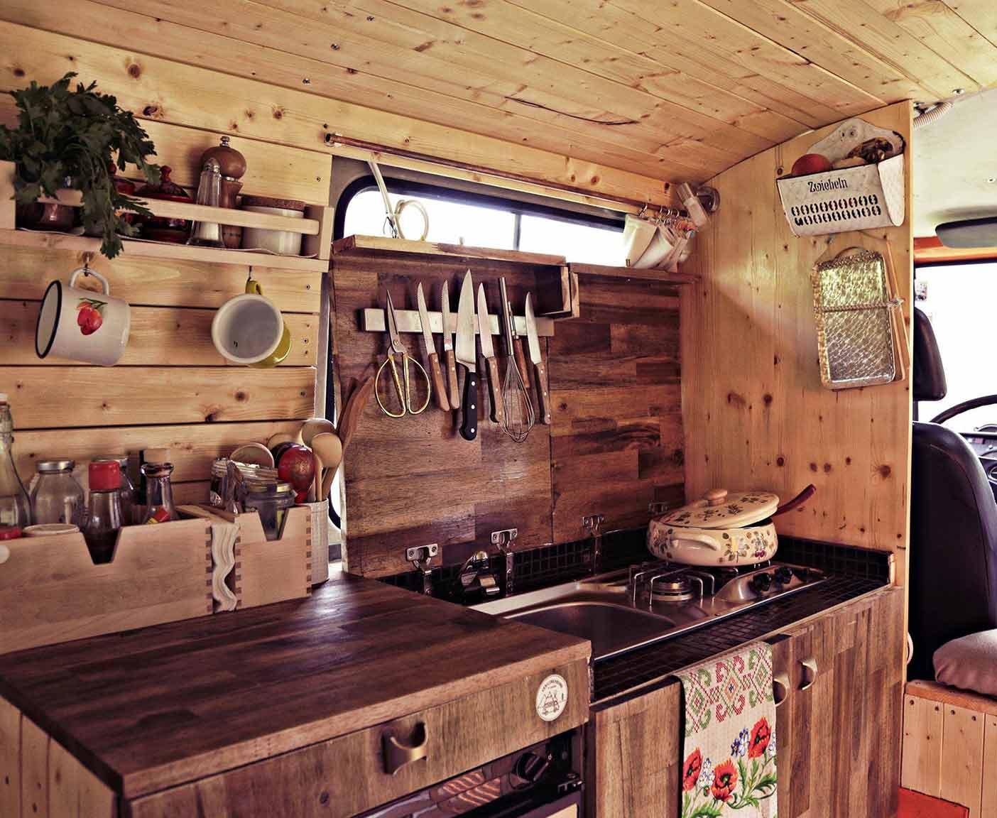wohnmobil-kueche-ausbau-camper-ausbauten-selbstausbau-campingbus-guide