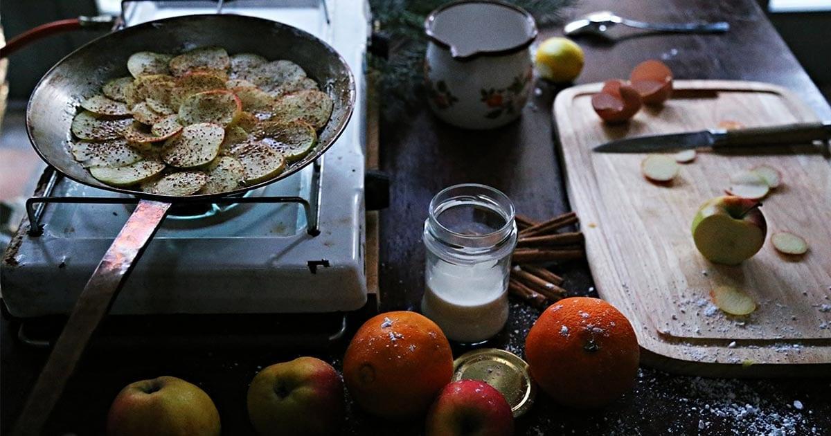 einfacher-apfel-kuchen-gestuerzter-apfel-ringe-klassischer-zimt-einfacher-omaskuchen-campingrezept-campingkuchen-vanlifekueche-campingkueche-camperkochen-vanlifekochen-rezepte-pfanne3