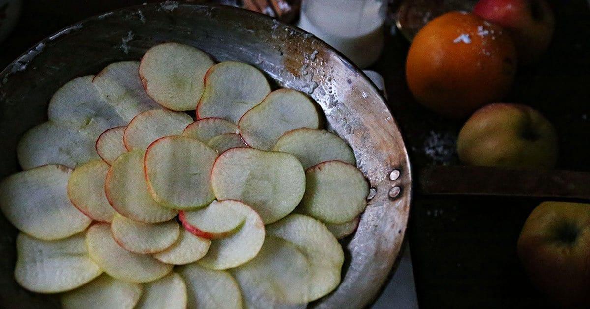 einfacher-apfel-kuchen-gestuerzter-apfel-ringe-klassischer-zimt-einfacher-omaskuchen-campingrezept-campingkuchen-vanlifekueche-campingkueche-camperkochen-vanlifekochen-rezepte-pfanne4