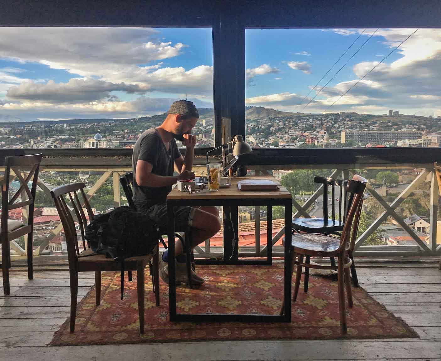 georgien-wohnmobil-erfahrungsbericht-camping-urlaub-preisniveau-tiflis-cafe