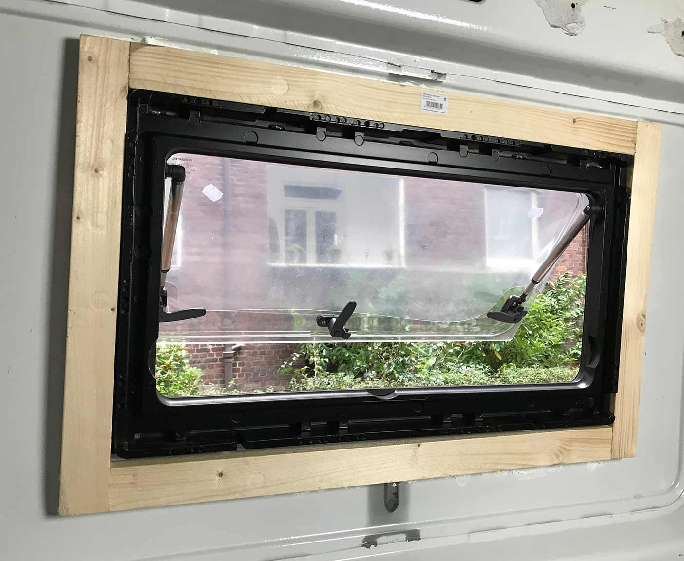 wohnmobil fenster einbauen einbauanleitung und kosten. Black Bedroom Furniture Sets. Home Design Ideas