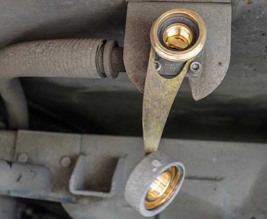 wohnmobil-gas-gasflaschen-tanken-preis-kaufen-transporieren-fahrt-wieviel-lpg-gasanlage-tankstutzen