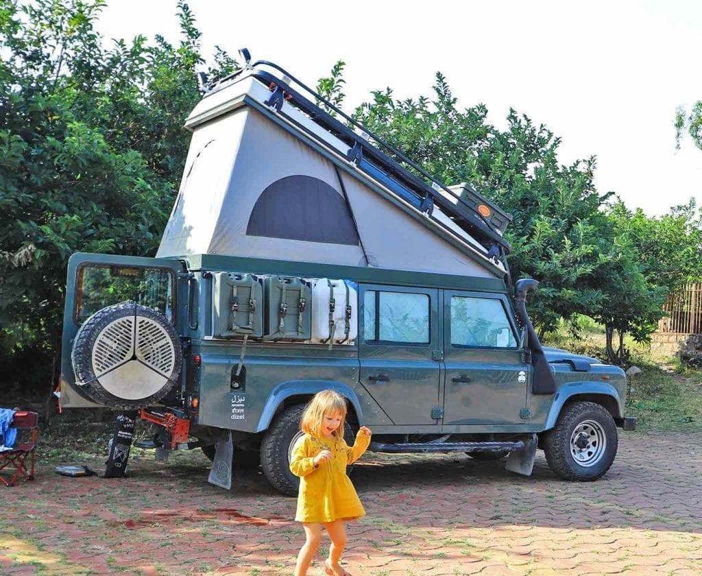 landrover-defender-110-camper-ausbau-weltreisemobil-4x4-allrad-basisfahrzeug-ausbau-kit-um-die-welt-innenausbau-hochdach