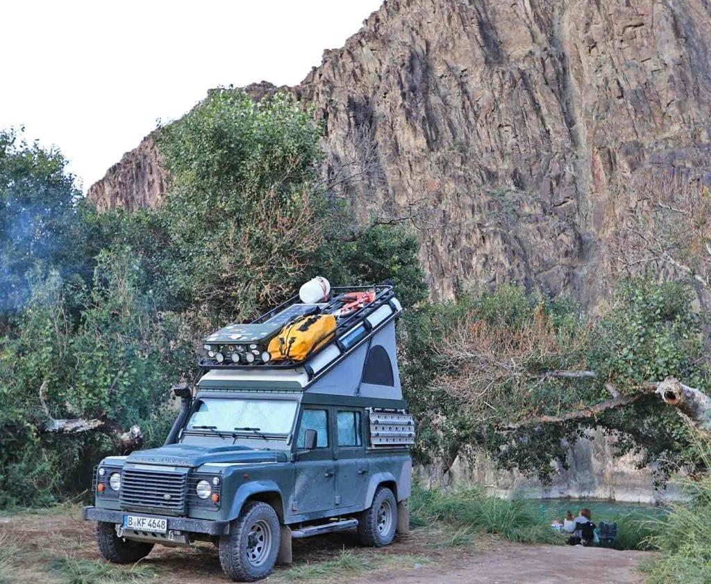 landrover-defender-110-camper-ausbau-weltreisemobil-4x4-allrad-basisfahrzeug-ausbau-kit-um-die-welt-innenausbau-hochdach-zelt-roof-rag