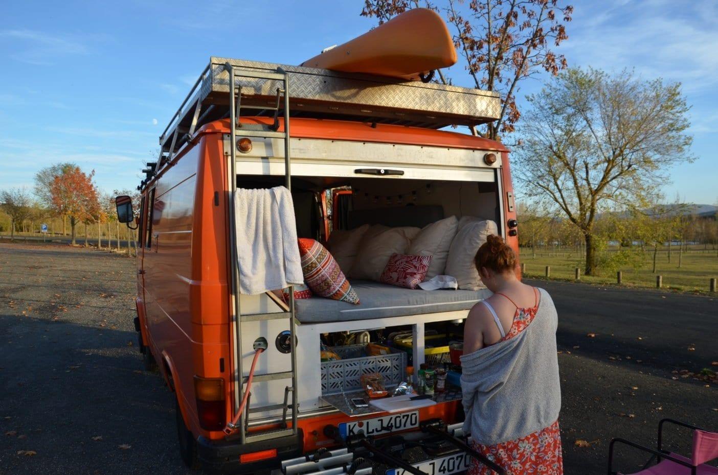 Mercedes-407d-camper-düdo-leergewicht-wohnmobil-heckklappe-rollo-kochen-im freien-wildcanpen