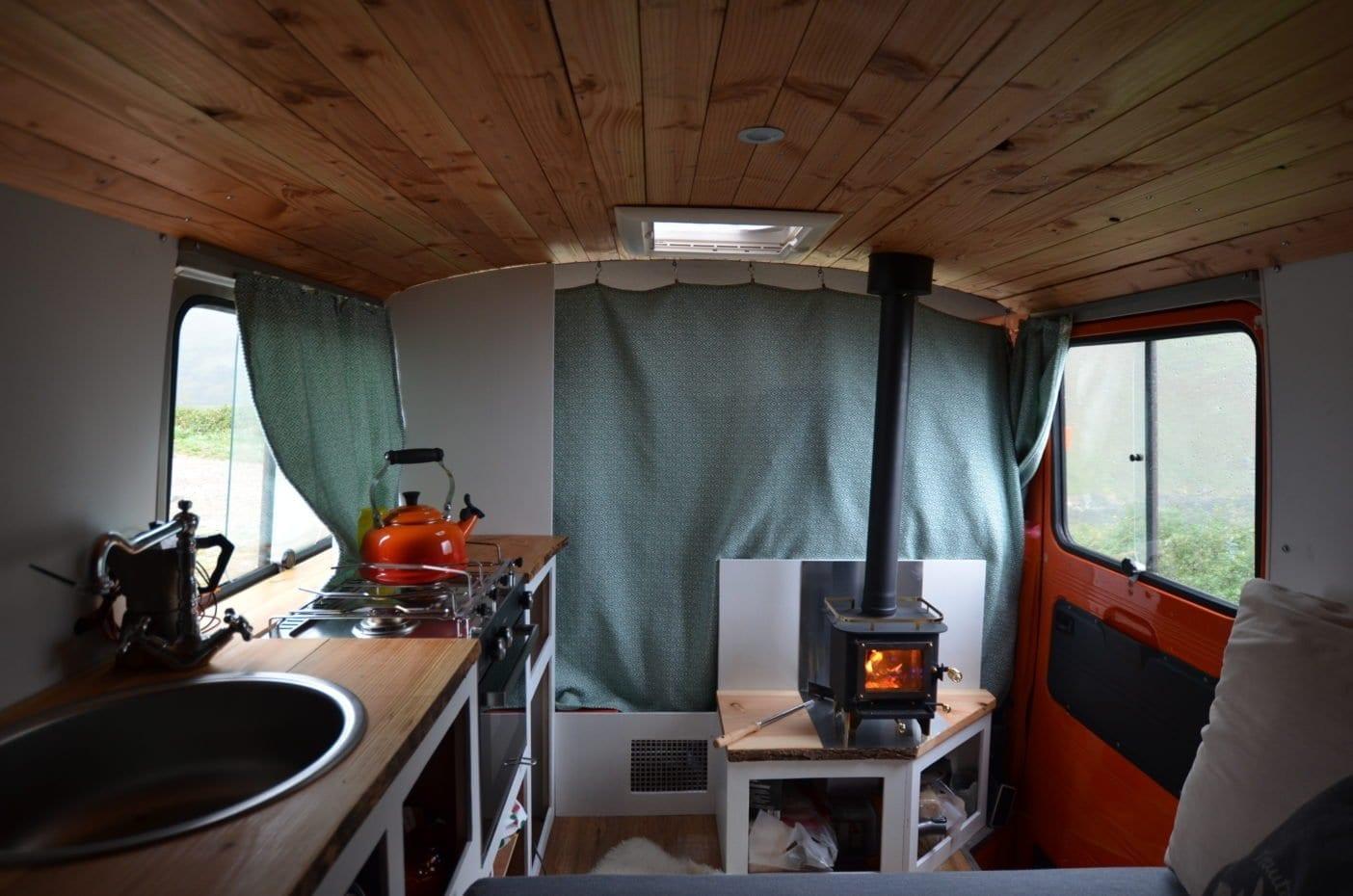 Mercedes-407d-camper-düdo-leergewicht-wohnmobil-strand-meer-freistehen-küche-camperofen-innenausbau
