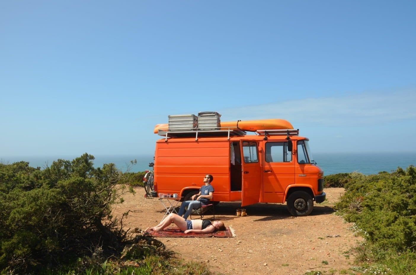 Mercedes-407d-camper-düdo-leergewicht-wohnmobil-strand-meer-freistehen-pärchen-Selbstausbau