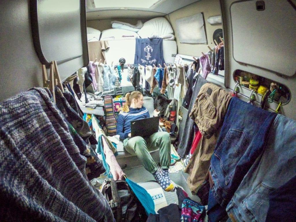 VW-Lt 28-waschtag-Weltreise-Camper-Waesche trocknen-Regen-Florida-westfalia-ausbau