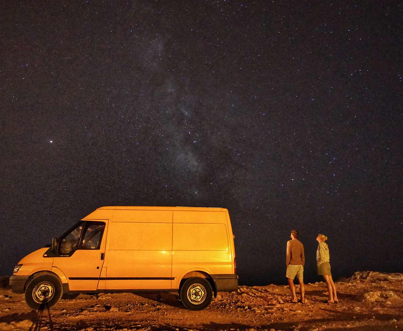 Ford-Transit-van-kaufen-sternenhimmel-campen-nacht-wild-campen-pärchen-camper