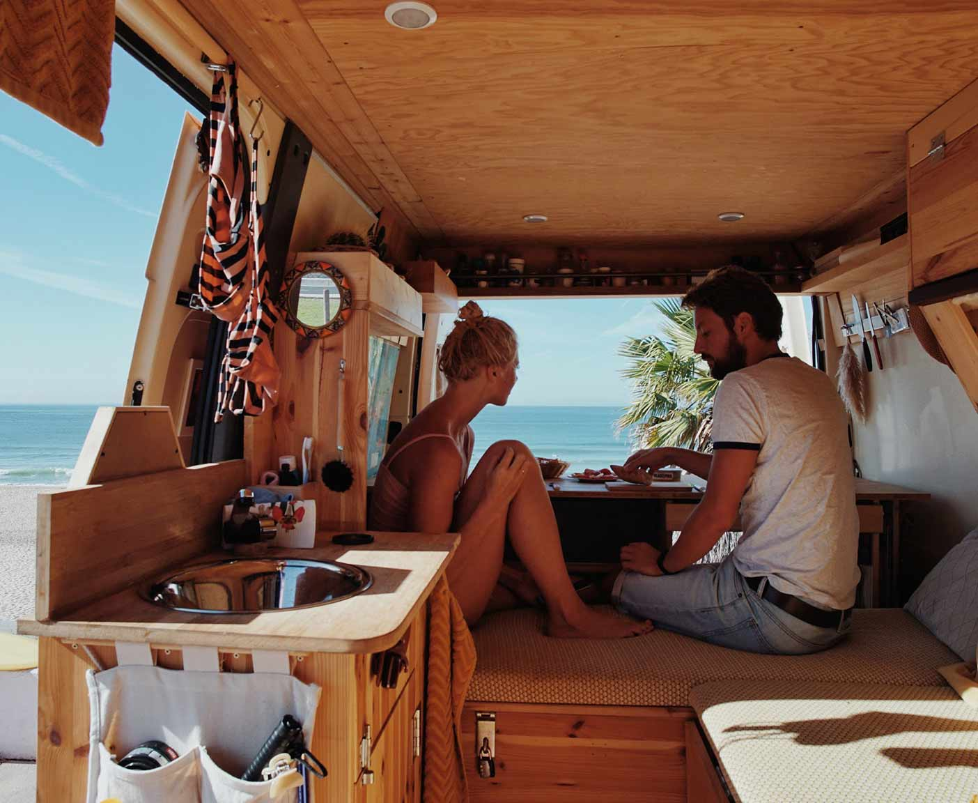 Ford-Transit-van-kaufen-wild-campen-maße-camper-nugget-ausblick-pärchen