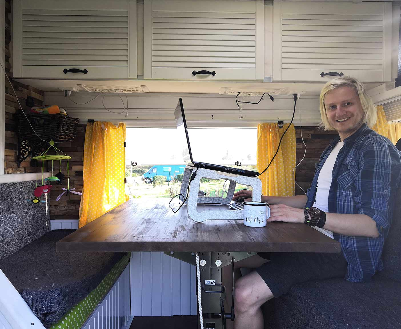 LT-28-VW-Florida-westfalia-pärchen-urlaub-innenausbau-kühlschrank-sitzbank-arbeiten-wohnmobil