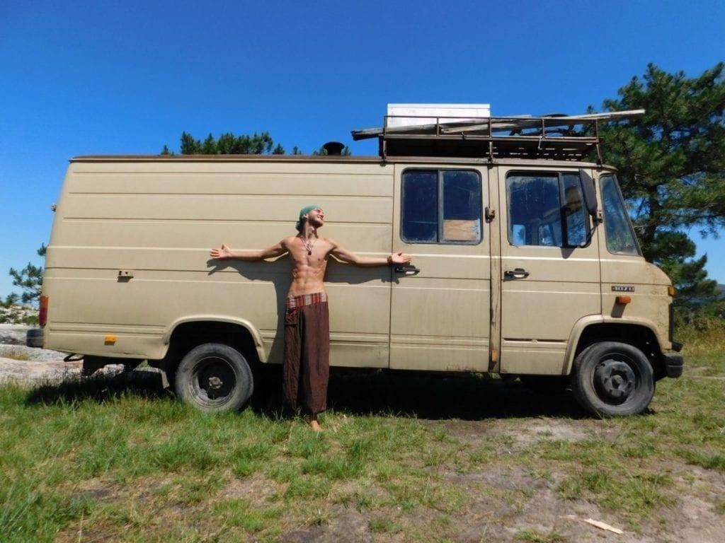 Mercedes-L407D-Düdo-Camper-Wohnmobil-Frei-stehen-Strand-Dachträger-ausbau-Yogi