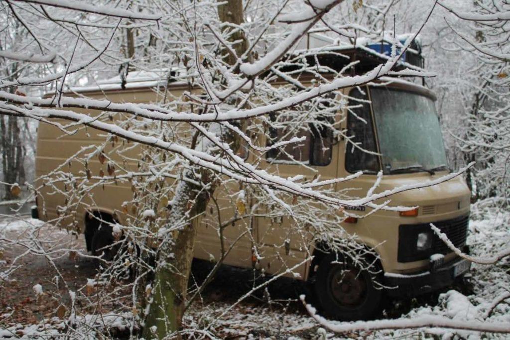 Mercedes-L407D-Düdo-Camper-Wohnmobil-Frei-stehen-Strand-Dachträger-ausbau-winterfest-schnee