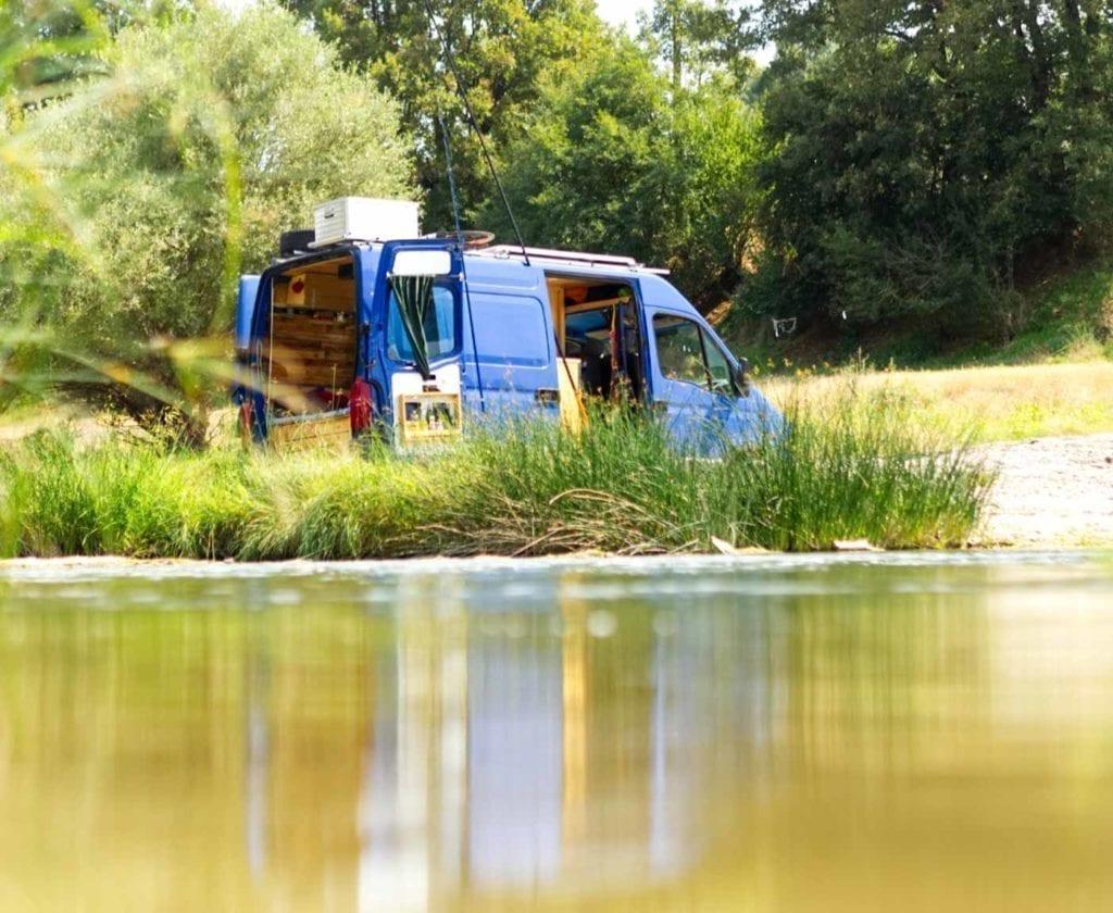 Opel-movano-kastenwagen-bus-frei-stehen-see