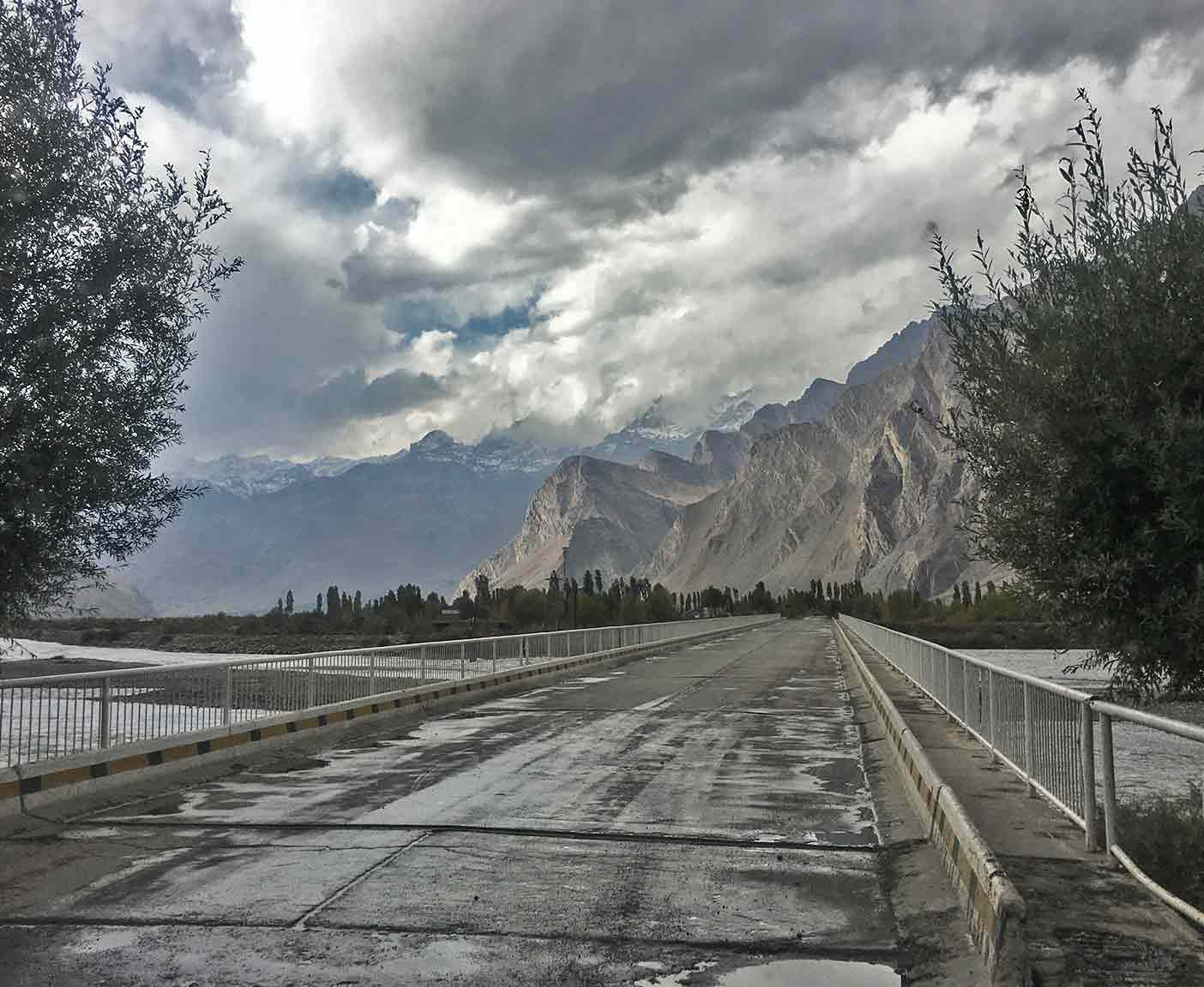 pamir-highway-m41-motorrad-auto-wohnmobil-camper-laenge-kyrgyzstan-guide-2017-2018-2019-china-afghanistan-korogh-river