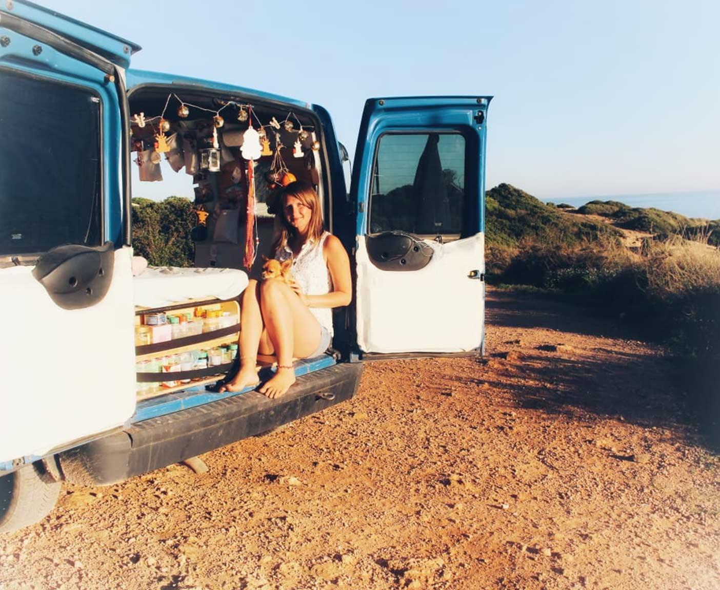Ford-transit-connect-ladeflÑche-camper-l2-innenausbau-frau-alleine-reisen-mikro-camper