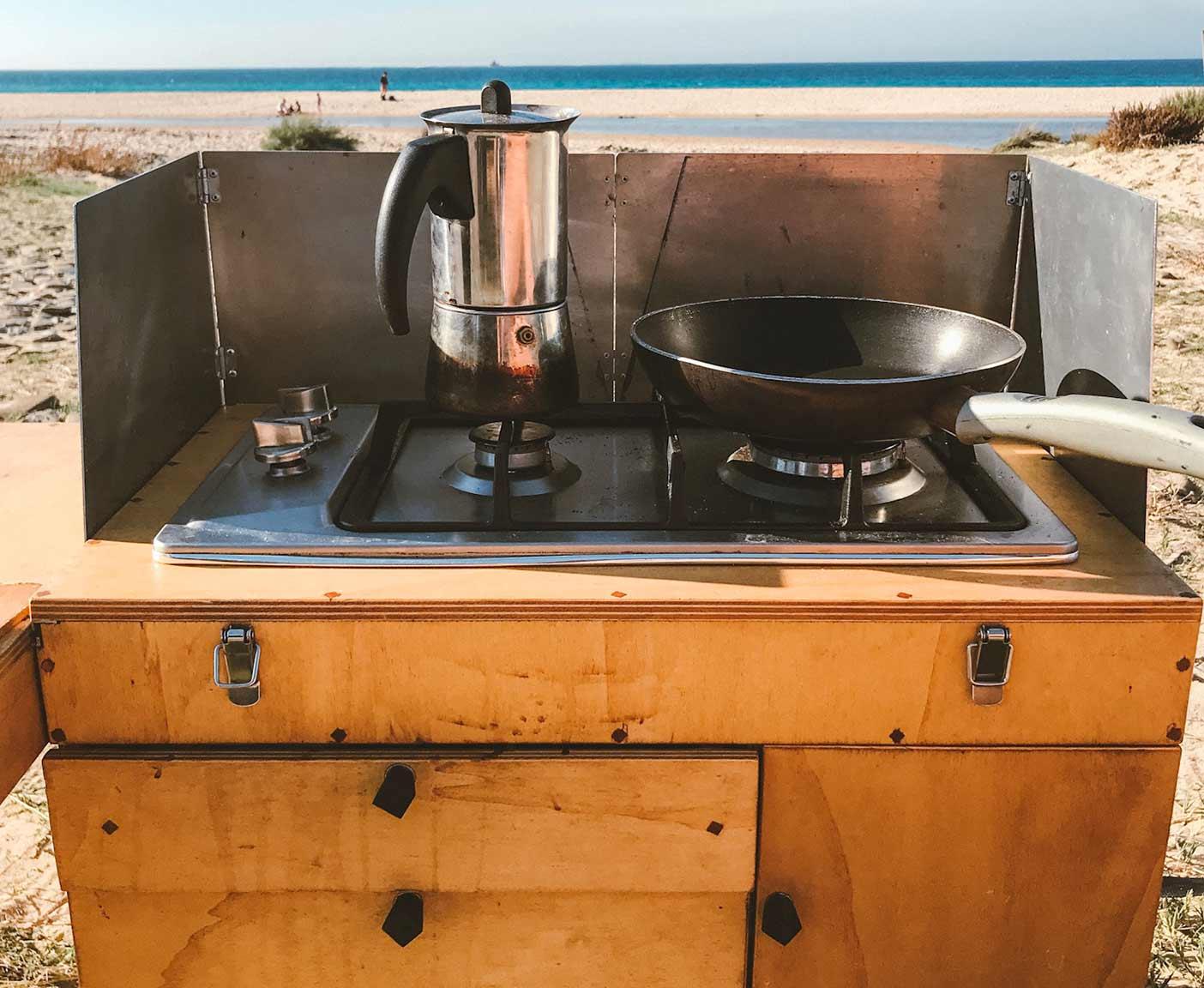 camper-van-4x4-kochen-draussen