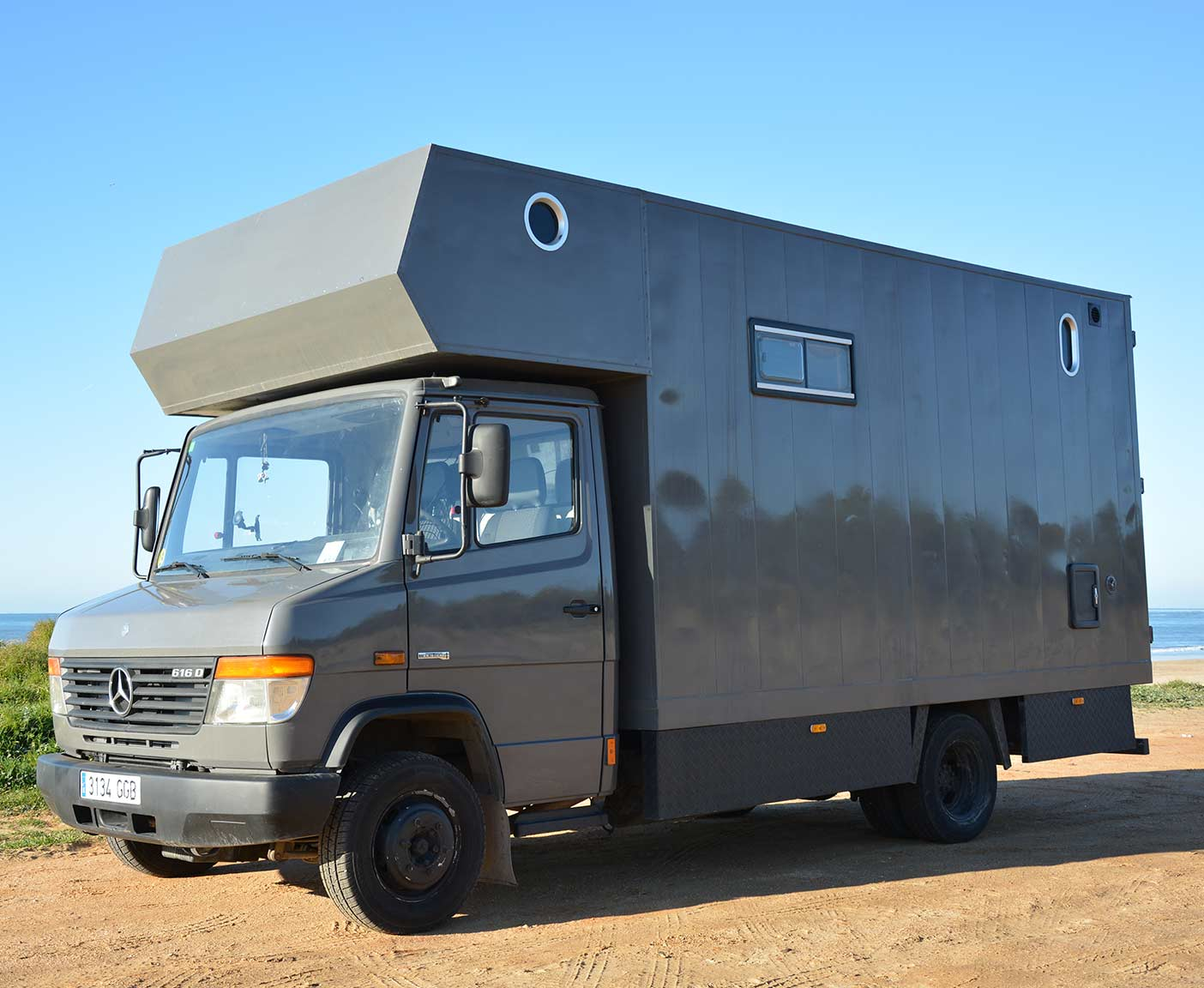 Mercedes Vario 8D - a big home on wheels