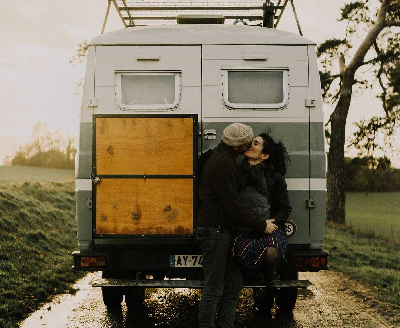 Mercedes-benz-508-d-verbrauch-innenausbau-wohnmobil-camper-couple-kissing