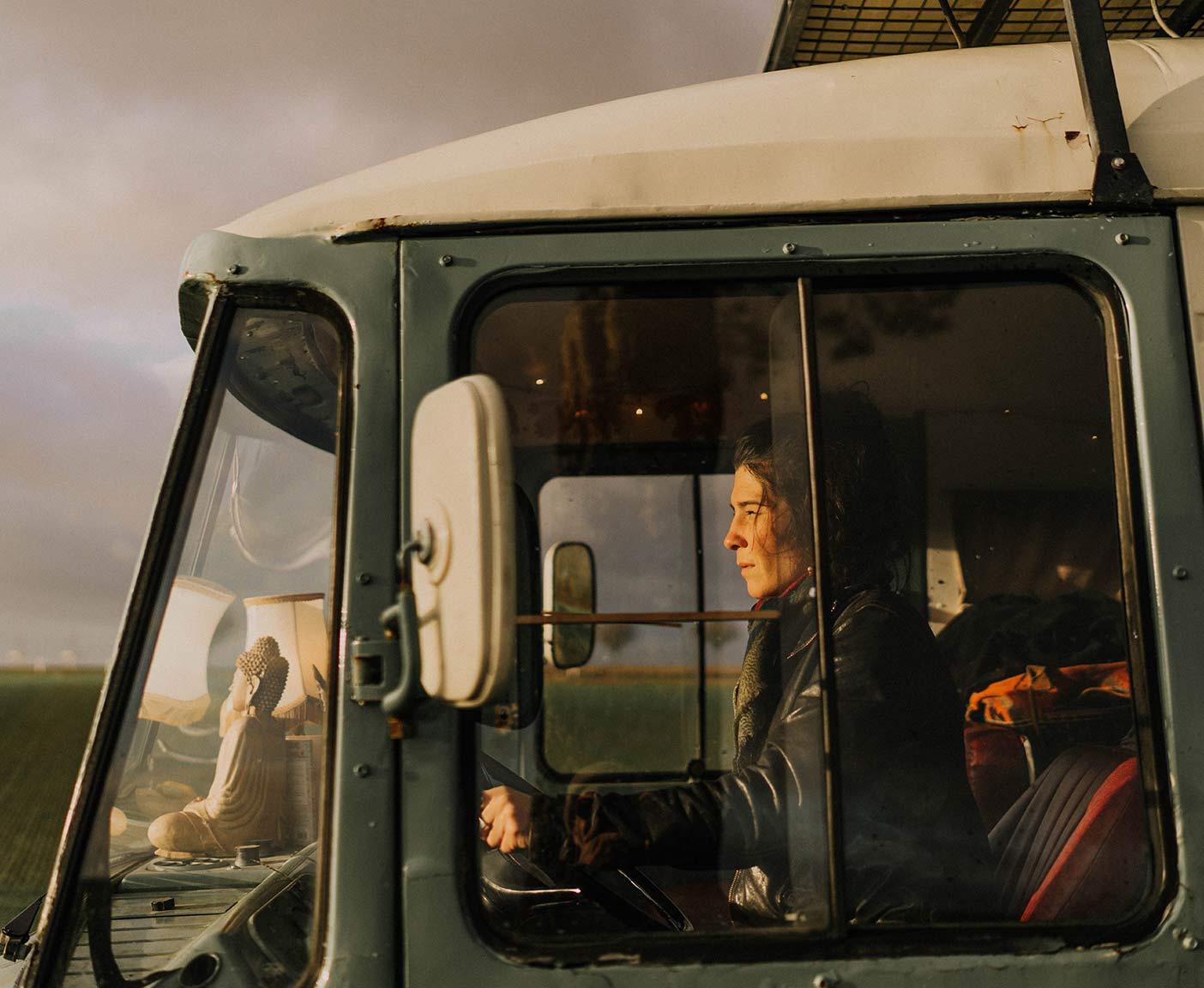 Mercedes-benz-508-d-verbrauch-innenausbau-wohnmobil-camper-woman-driver