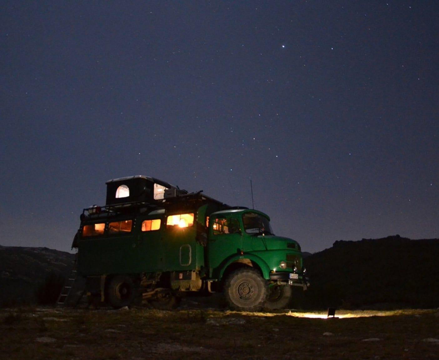 Mercedes-Benz-LA-911B-wohnmobil-kurzhauber-rundhauber-feuerwehr-umbau-camper-4x4-nacht