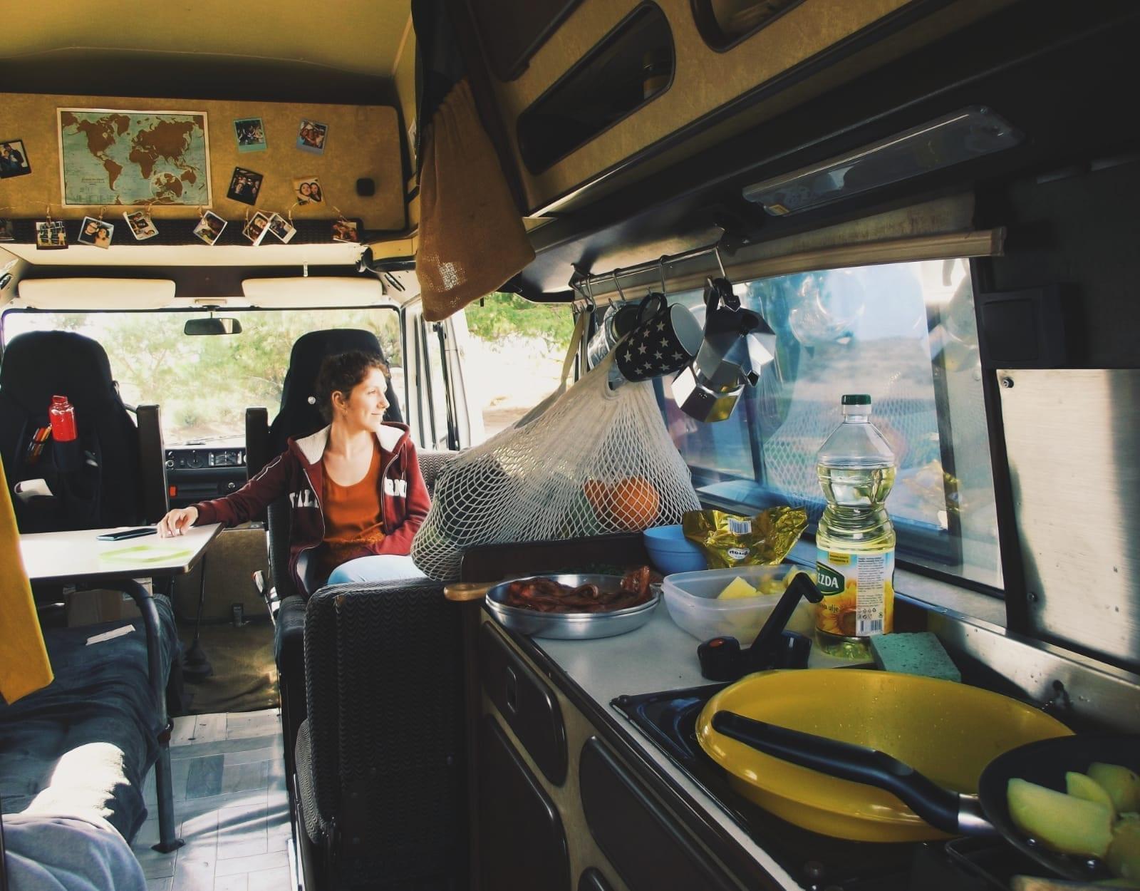 van-amenage-camping-car-oldschool-roadtrip-europe-vanlife-mercedes-207-d-james-cook-westfalia