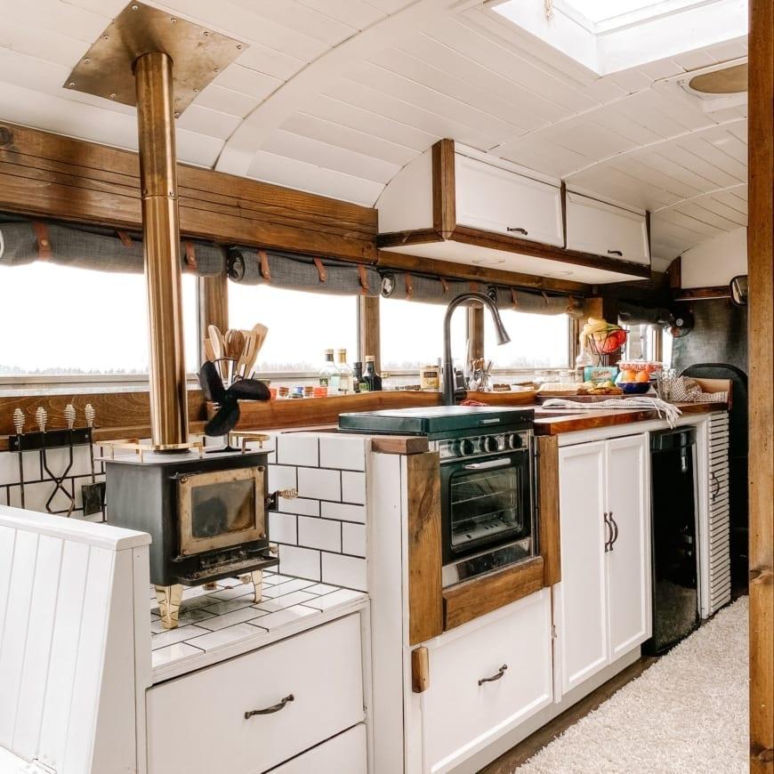 bus-scolaire-van-camion-fourgon-amenage-camping-car-international-canada-roadtrip-vanlife-pb-105-cuisine