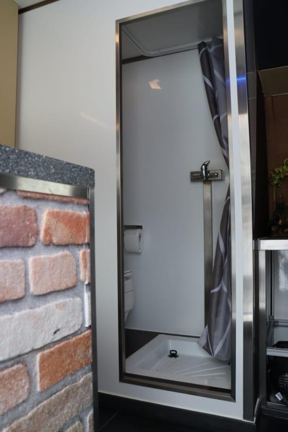 expeditionsmobil-bad-toilette-selbstausbau-min