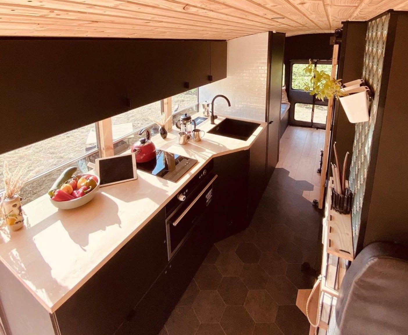 skoolie-camper-kueche-instagram-selber-bauen-wohnwagen-ikea-kuechenmodule-camper-gebraucht-kaufen-minikueche-einrichten-kuechenblock-kuechenausstattung